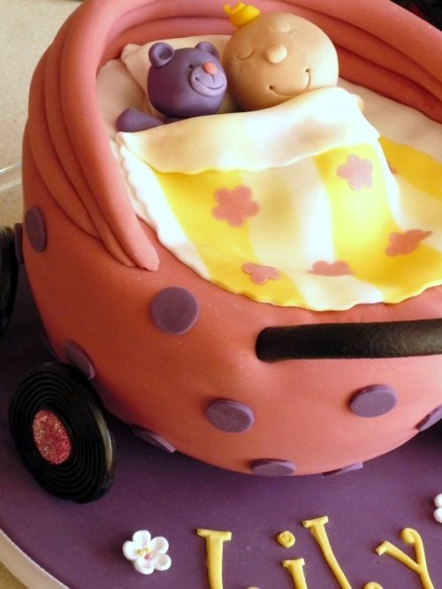 That Cute Little Cake: {Cake} A pram cake with baby (and blanket !) for a 3rd Birthday
