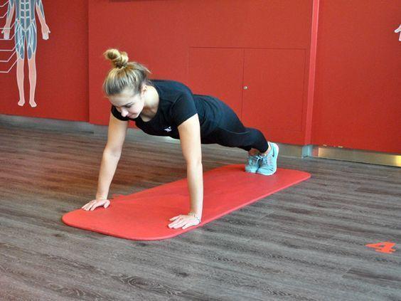 Schnell abnehmen 7 Übungen 10 Minuten am Tag Frau macht Liegestütz