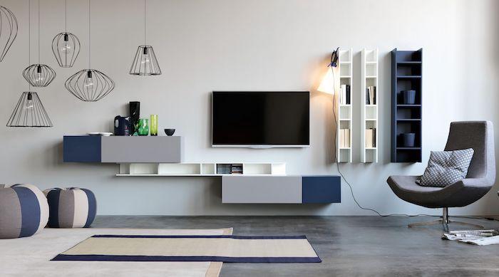 Uberlegen Schrankwand Weiße Wand Mit Dezenter Wanddeko Grau Blau Schwarzer Fernseher  Wandregale Bodenkissen Tolle Lampen Hängen Vom