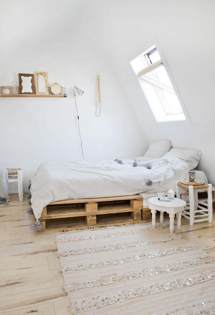 Une Chambre L Esprit R Cup Avec Un Lit En Palettes Bed Rooms