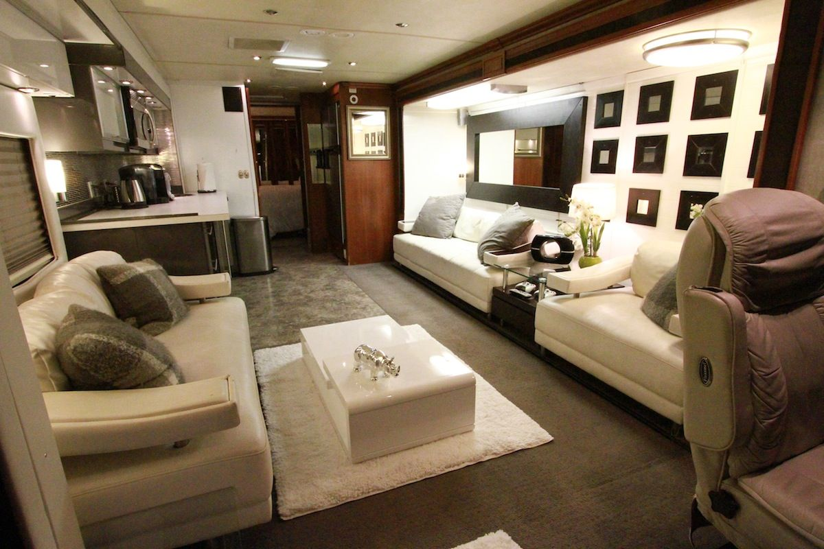 Inside Gwen Stefani 39 S Plush Living Room On Her Bus Love