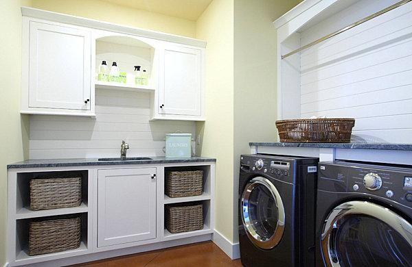 Una lavanderia con ripiani ben organizzati laundry