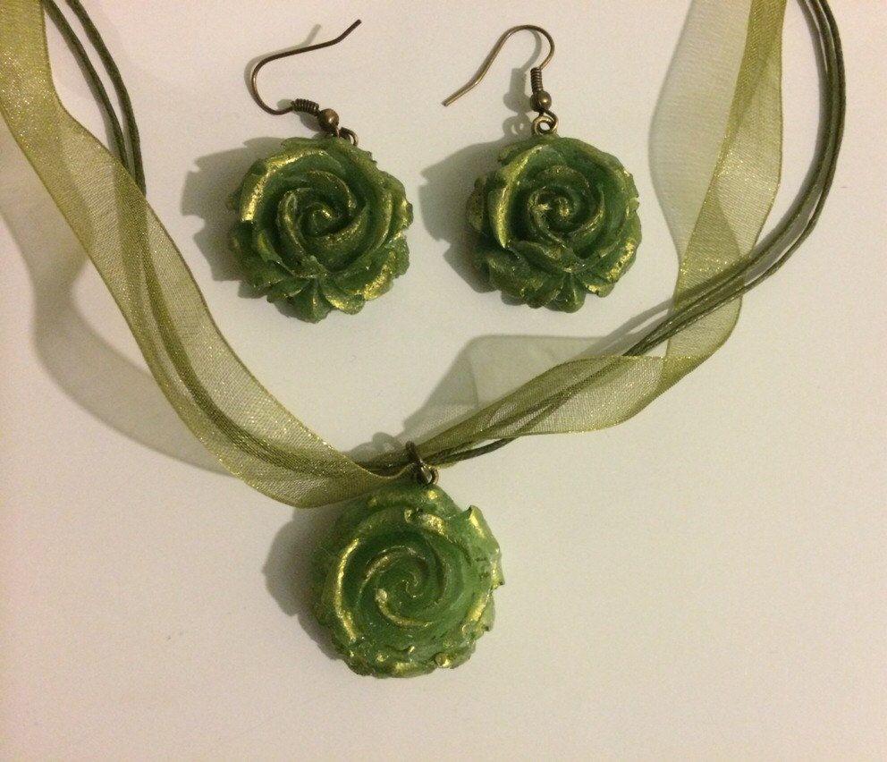 Green Gold Rose Jewelry Set #handmade #etsy #roses #necklace #resin #etsyseller #etsyshop #peridot #gold #green #earthtone #earrings #forsale