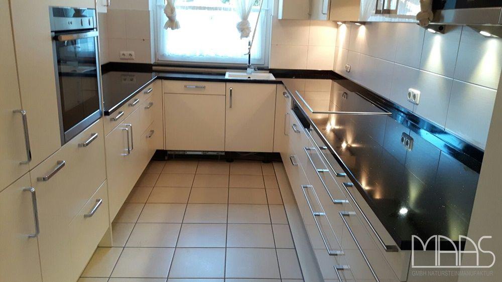 diese schmale u-küche in hamburg hat neue schwarze arbeitsplatten ... - Schwarze Arbeitsplatte Küche