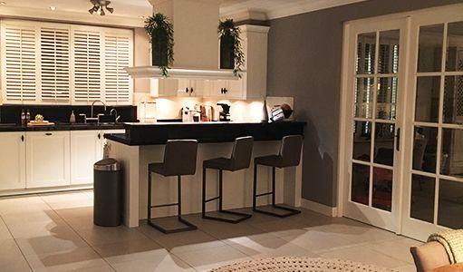 Modern interieur keukenwand kleur keuken wand vol met kasten oven
