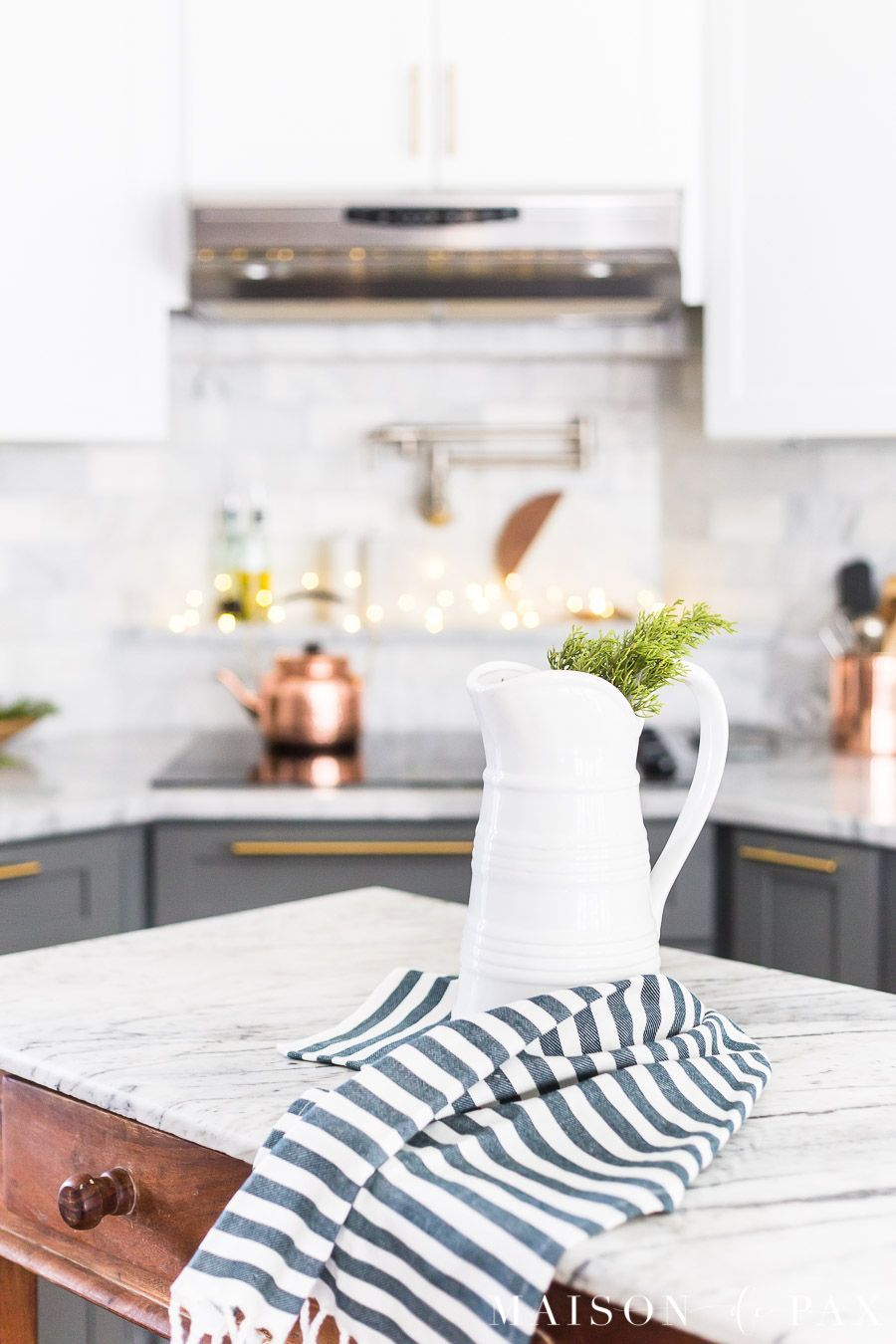 6 Easy Christmas Kitchen Ideas Holiday Decorating To Add Some Simple Natural Fresh Touches Your Christmasdecor Whitekitchen