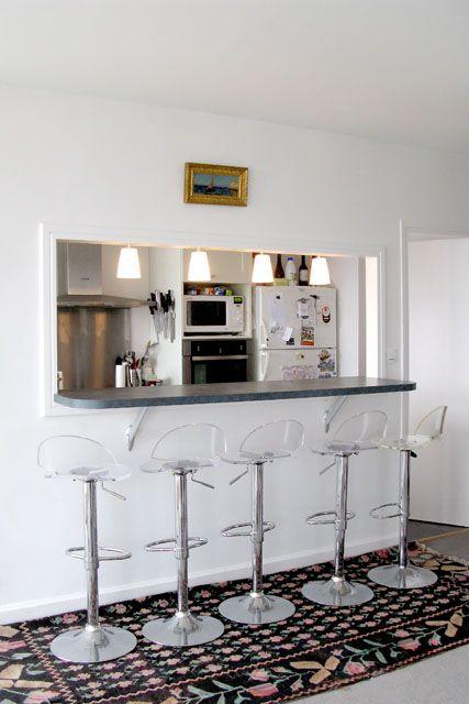 Le passe-plat et comptoir donne directement sur la cuisine. Parfait ...