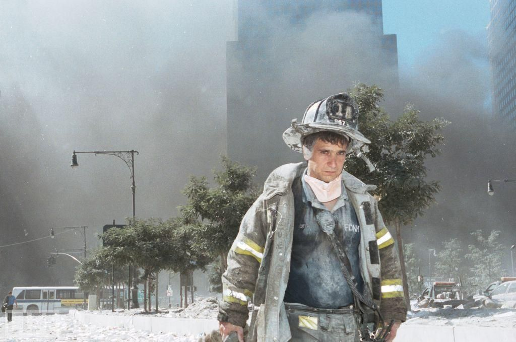 An Unidentified New York City Fireman Walks Away From Ground Zero After The Collapse Of The Towers Photographer Anthony Correia Told Life Com Of This Pict Vojna