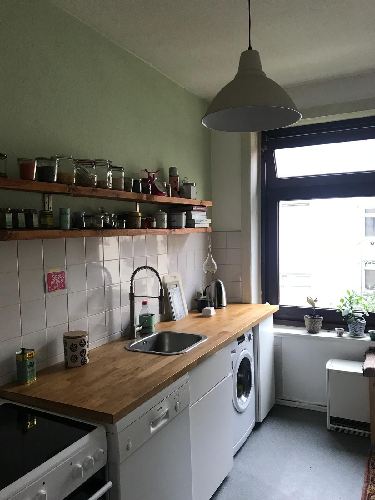 Schöne Küche in Hamburg Eimsbüttel mit grüner Wandfarbe #wggesucht