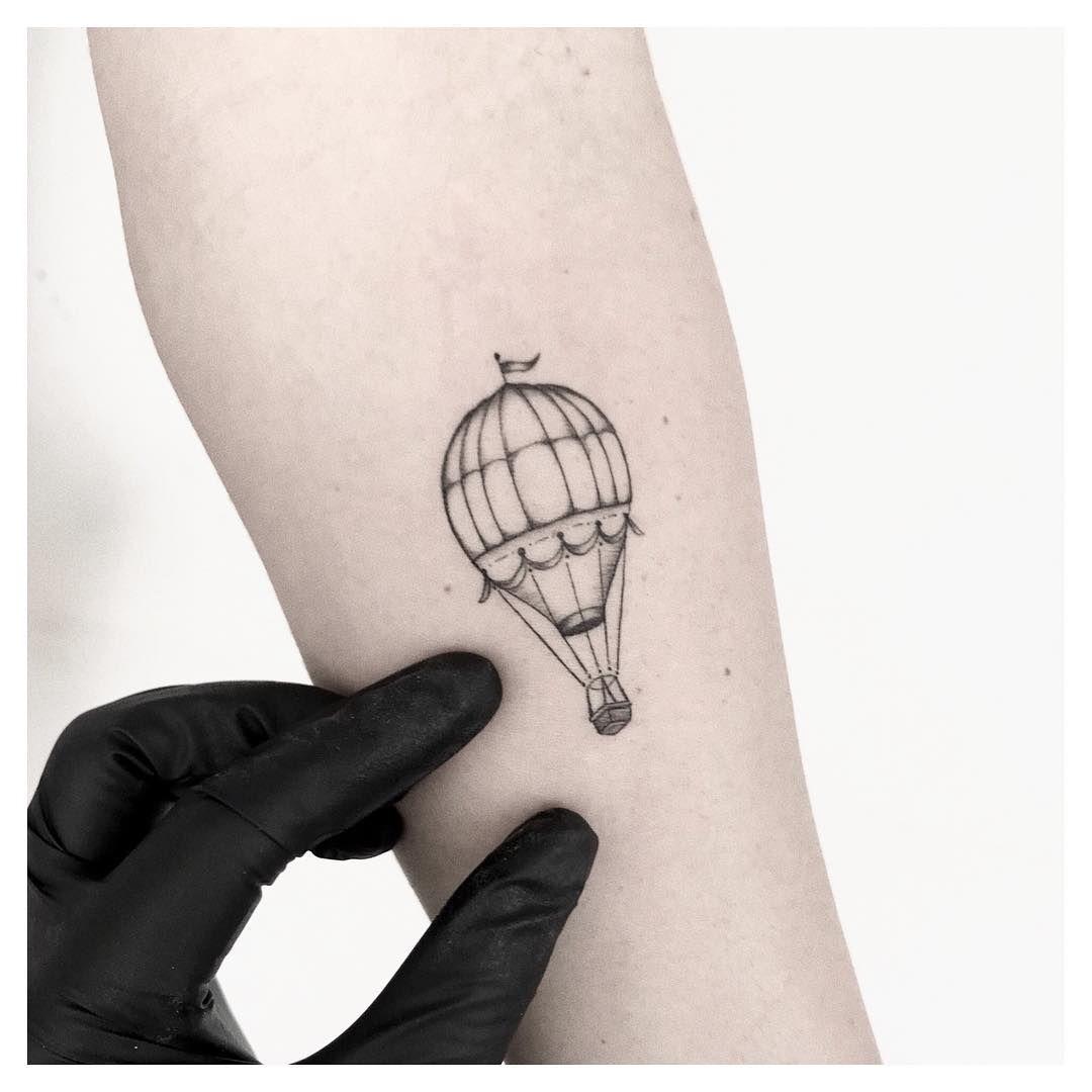 Tatuagem criada por Ana Luiza de Maceió.    Mini balão no braço.