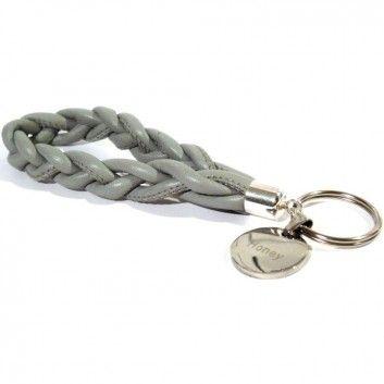 Der lässige Schlüsselanhänger in Grau vom angesagten Label Diamonds & Jewels by ines.p ist aus edlem Nappaleder gefertigt. Highlight ist der Gravuranhänger aus Edelstahl, der es dir ermöglicht einen komplett personalisierten Schlüsselanhänger zu gestalten