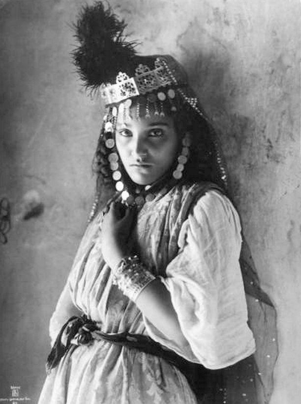 "Africa | ""Jeunes fille, Bureau de change, Tunis, ca. 1910"" || Scanned vintage postcard; Lehnert  Landrock"