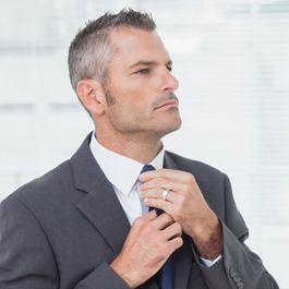 Taglio capelli corti uomo brizzolato  df7de1395629