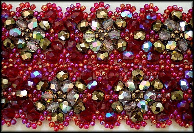 Kronleuchterjuwelen Glasperlenschmuck - bordeauxrotes Perlenspitzen-Halsband (Detailfoto)