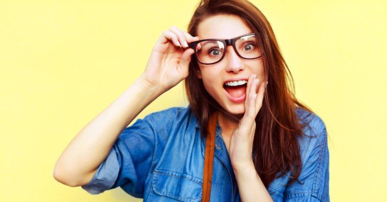6f1914bfa Passe isto nos seus óculos e elimine todas as manchas e arranhões - como se  fosse
