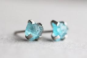 Diese  Ohrringe bestehen aus atemberaubenden, rohen Nuggets von grün/blau-Apatit  Kristallen. Sie wurden in einer Sterling Silber Fassung eingesetzt. Der Rückstecker ist natürlich auch aus Sterling...