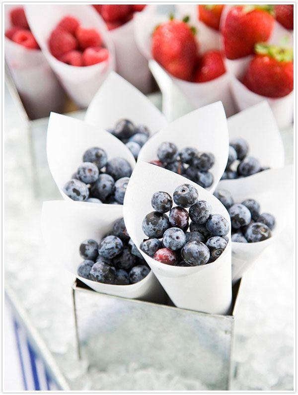 party berries  un recipiente diferente para servir la fruta, en cucuruchos