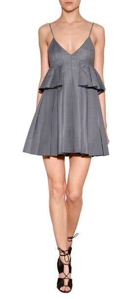 Les années 1990 fêtent leur retour cette saison, naturellement avec des bretelles spaghetti et le style minimalisme avec une touche en plus, voici la mini robe signée Alexander Wang #Stylebop