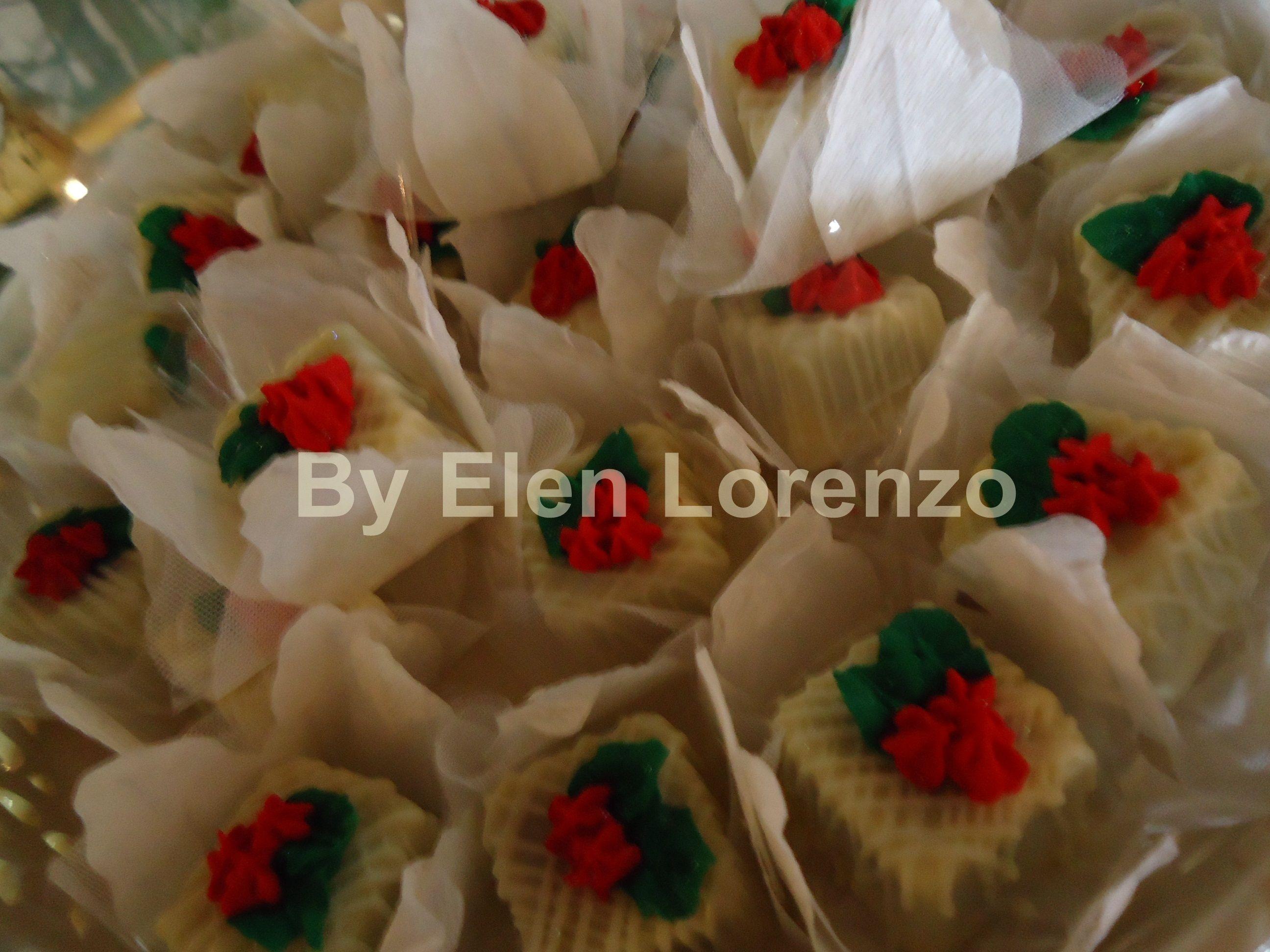 Bombom de chocolate decorado com flores em glacê.