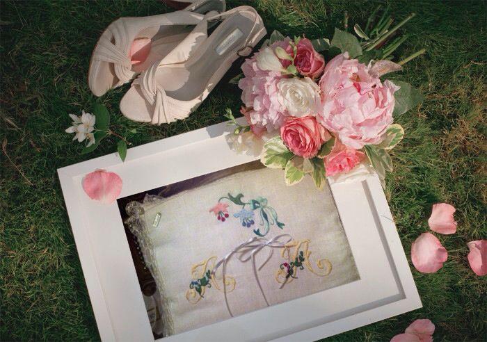 Cuscino porta fedi per sposi personalizzato con iniziali ricamo unicamente fatto a mano.