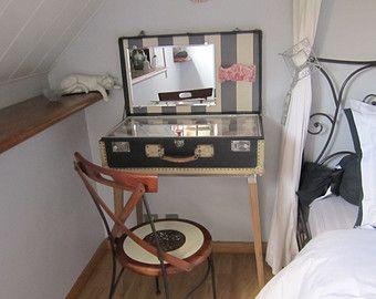 EINZIGARTIGES Stück groß grau Vintage Gepäck mit cremefarbener Rahmen, als eine Reise Schminktisch umgewidmet (innen Rosa Toile und graue Streifen)