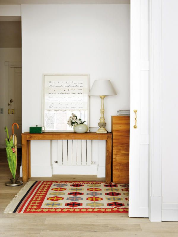 Un recibidor c lido y equipado al detalle recibidor for Decorar radiadores
