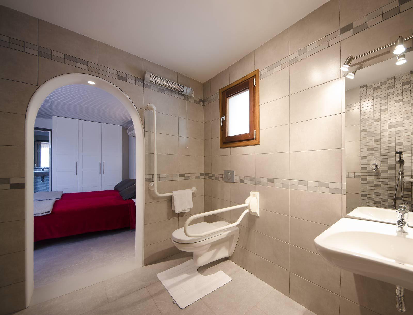 De #aangepaste #badkamer van de vakantievilla Villa Xenofilia I met ...
