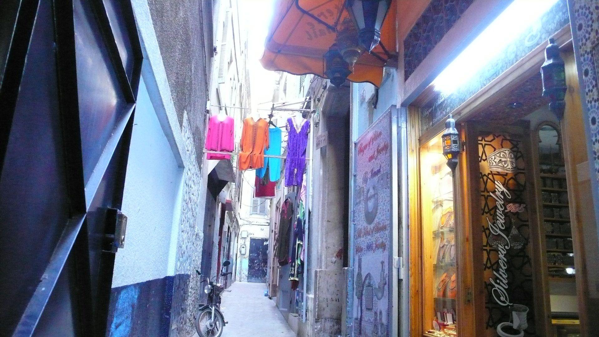 Zoco con ropa colgada en Tanger, Marruecos