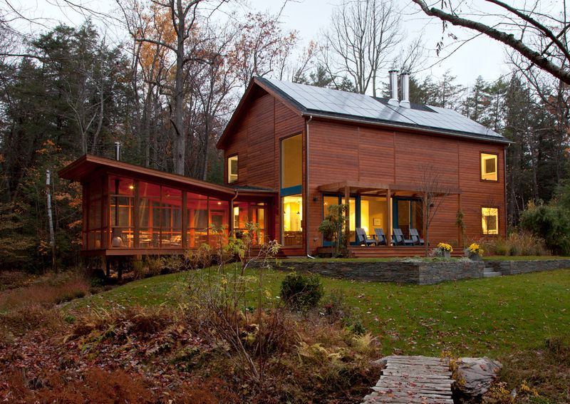 Strong Modern Lines Stand Up To The Trees By Hall Smith Office That Sunroom And Its Roof Lines House Designs Exterior Rustic Houses Exterior House Exterior