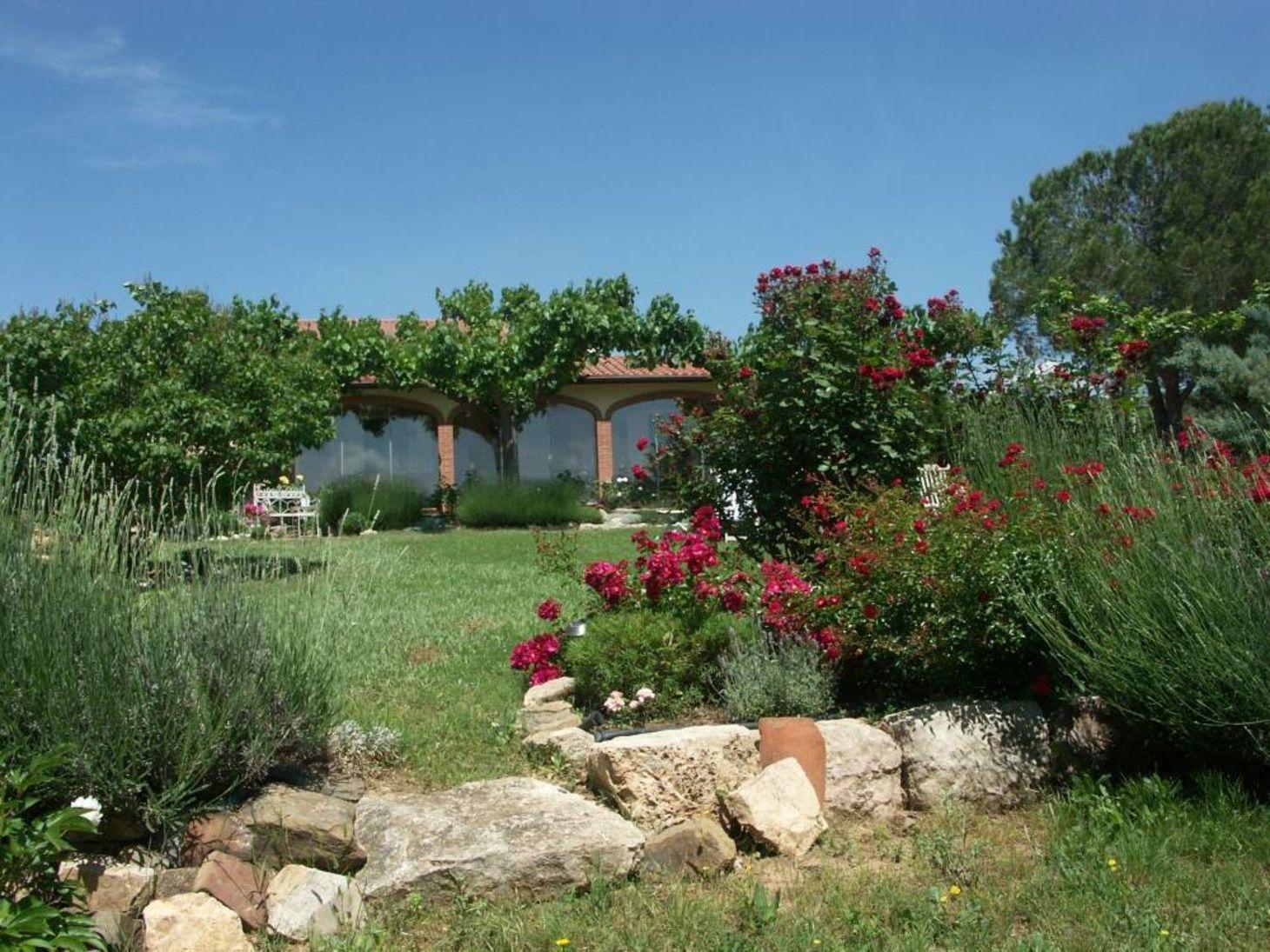 Neues Angebot In Spanien Katalonien Immobilie Falset 9 Hektar Bio Finca Mit Rosengarten Oliven Und Mandelbaumen Pool Wohnhaus Plants