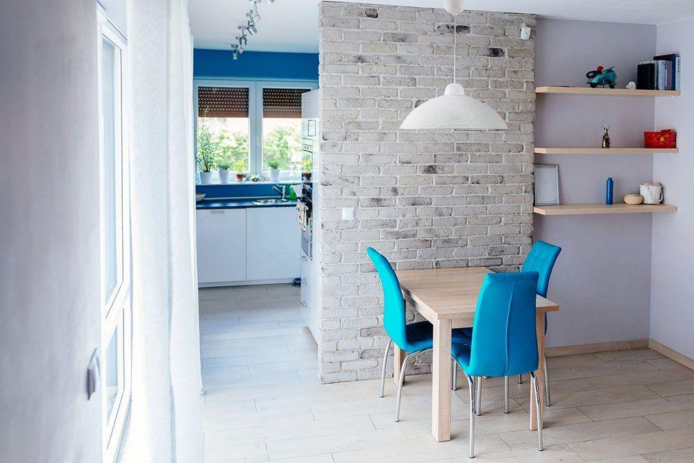 Salon Ze Sciana Z Bialej Cegly W Ktorym Rozganizowano Przytulny Kacik Na Jadalnie Co O Nim Sadzisz Dining Room Trends Modern Dining Room Wall Showcase Design