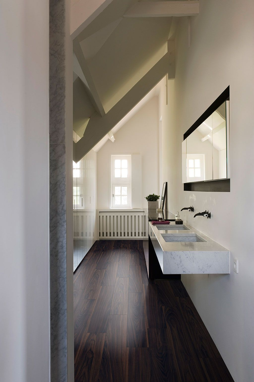 QuickStep Livyn Flooring Essential Walnut Dark Planks ESS - Parquet salle de bain quick step