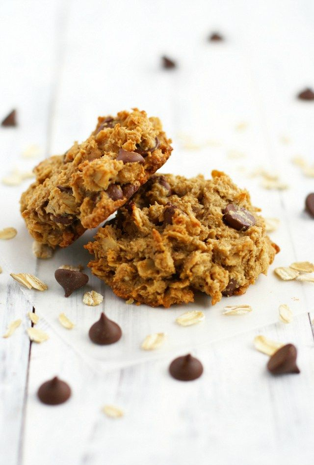 Easy and tasty peanut butter chocolate chip banana cookies. Gluten free and vegan recipe. #cookies #glutenfree