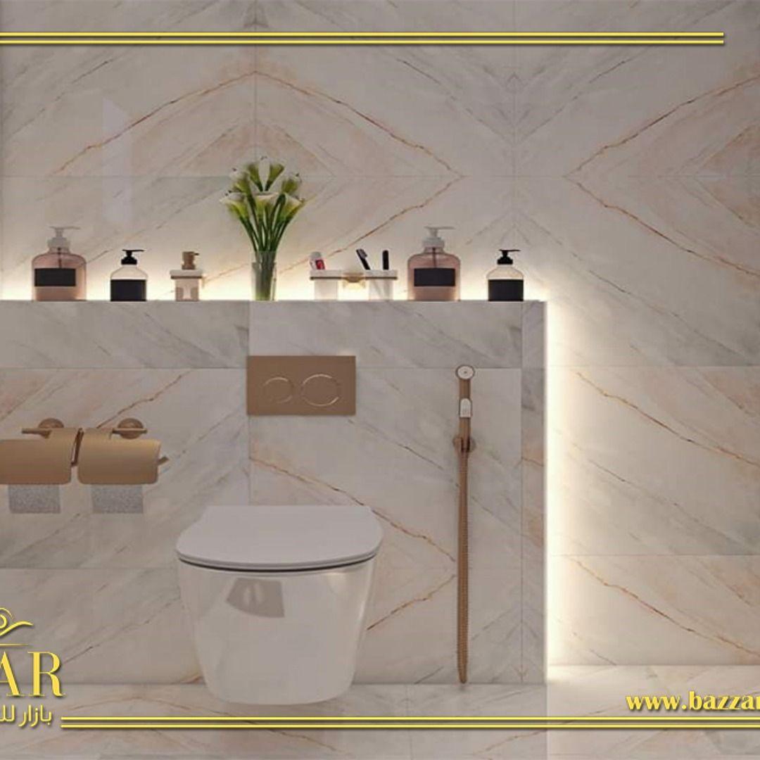 تصميم حمام مودرن صغير تم استغلال جميع المساحات وتصميمها بشكل عصري ومميز واختار المصمم اللون الابيض ليكن اللون الرئيسي لتلك التصميم مما Trash Can Home Bathroom
