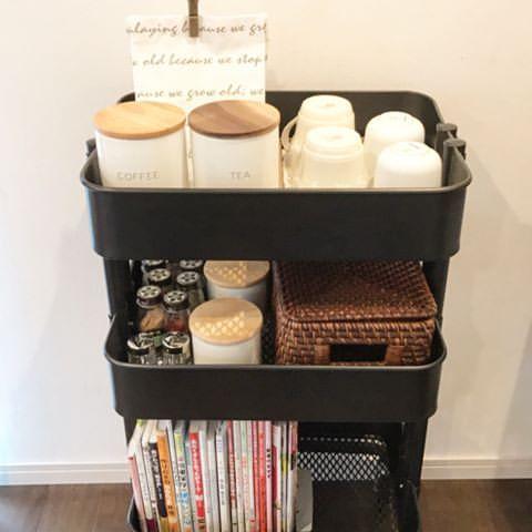 マイホーム記録 キッチン収納と冷蔵庫の間は三菱のスティッククリーナーを置いてありましたが が悪さするので移動 隙間が空いたので イケアのワゴン Raskog を置いて見ました ぴったりのシンデレラフィット 1番上はコーヒーセット コーヒーにまー キッチン