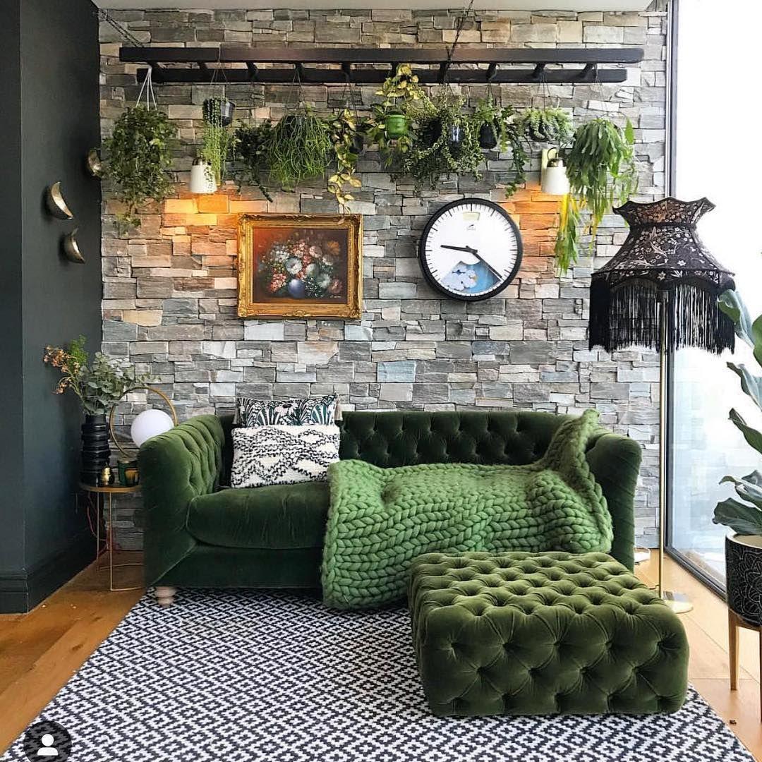 Günaydın ???? Yeşil sevenler el kaldırsın ???????????? Gri doğal taş kaplanmış duvar önünde yeşil koltuk ve puf tam keyif köşesi olmuş. Oturma odanızda… #wohnzimmerideen