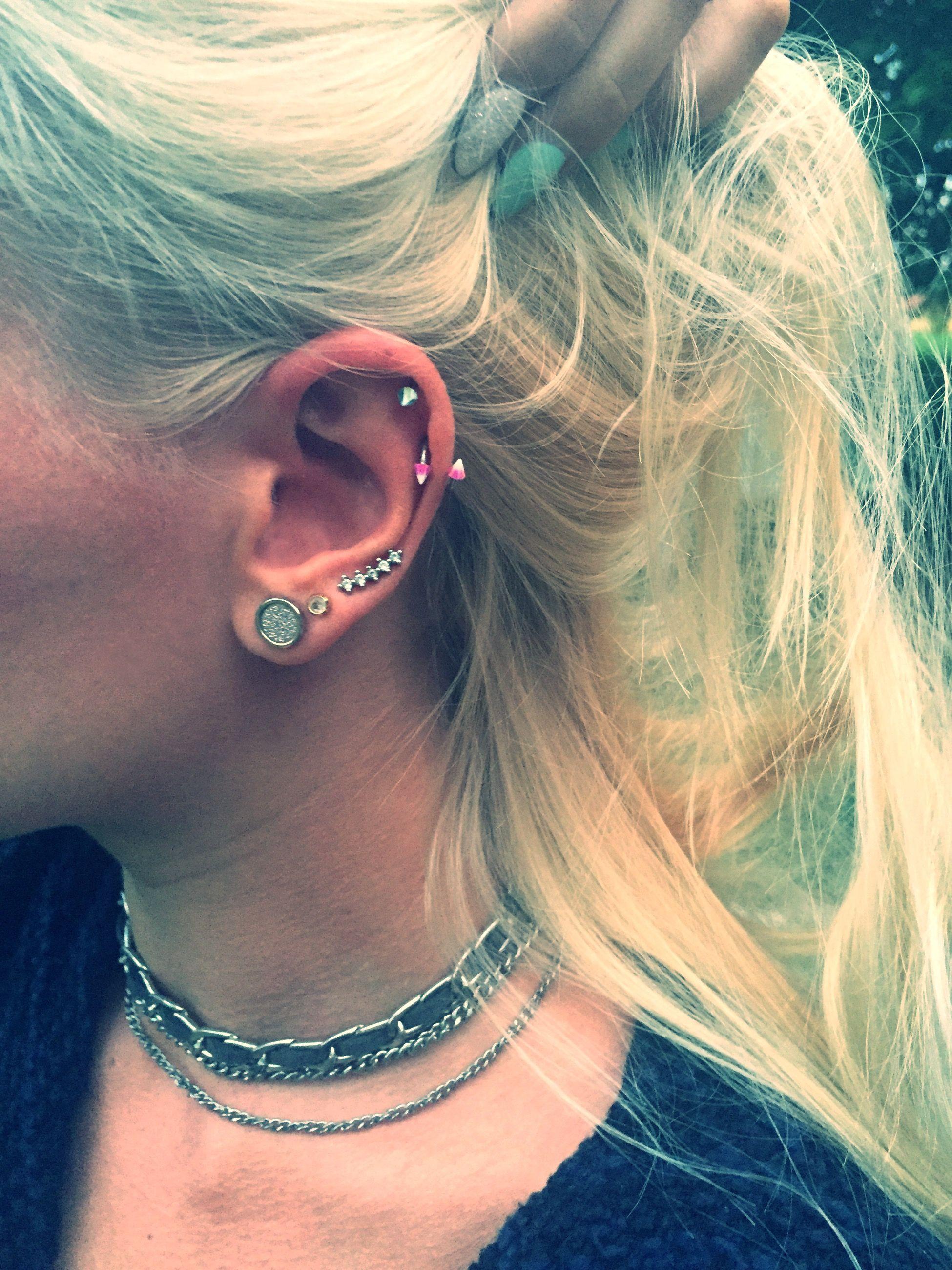 e52932b19 Coloured ear piercings Chain choker Blonde hair | Piercing ...