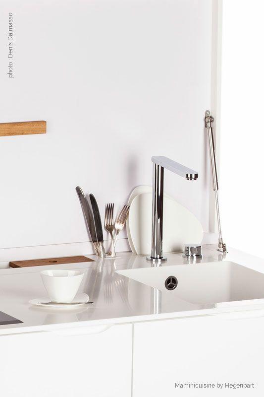 Tout à été optimisé dans cette mini cuisine ! Une rigole pour les accessoires permet de faire sécher la vaisselle et d'y insérer une boite pour les éponges ou encore de stocker ses ustensiles !
