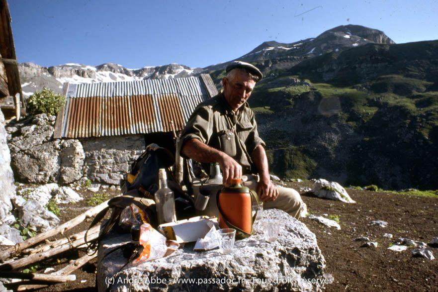 A 2817m d'altitude culmine Le Mont Mounier (Parc National du Mercantour, Alpes du Sud), sur la commune de Beuil (Alpes Maritimes)- http://wp.me/p6fjDo-3o  «Julien Raynaud (1916-2015), berger transhumant, y vivait à la dure, raconte le photographe André Abbe. Il avait la responsabilité de 1500 brebis pendant 3 mois d'été. La nuit dans sa cabane d'août, Julien avait tellement froid qu'il se levait pour casser des pierres.»   Une conférence d'André Abbe lui rend hommage le 9 janvie..