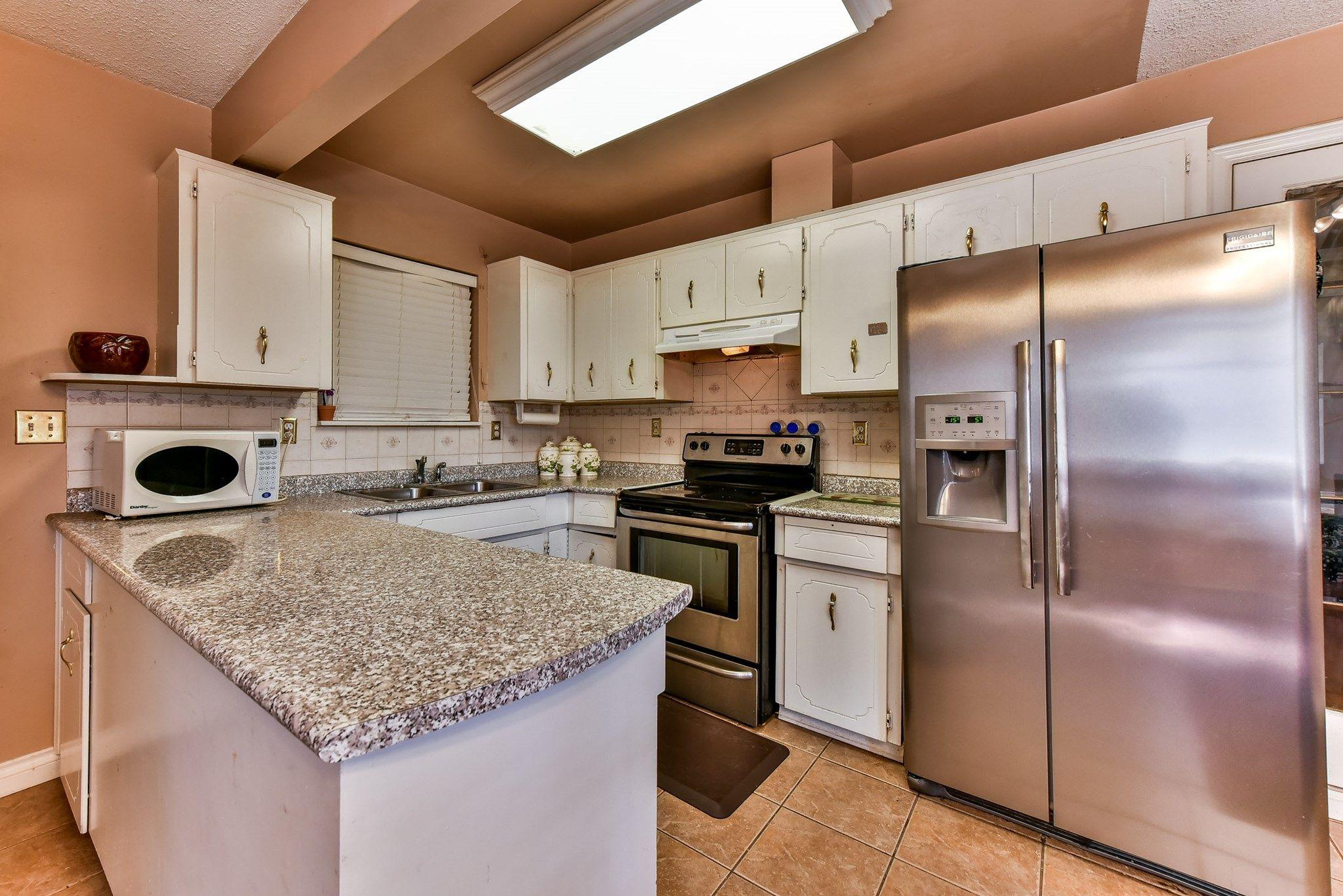 6733 133B ST, Surrey, BC - ID F1446268   Kitchen cabinets ...