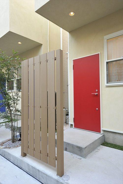 赤いドアがトレードマークの一軒家タイプのシェアハウスです 赤い