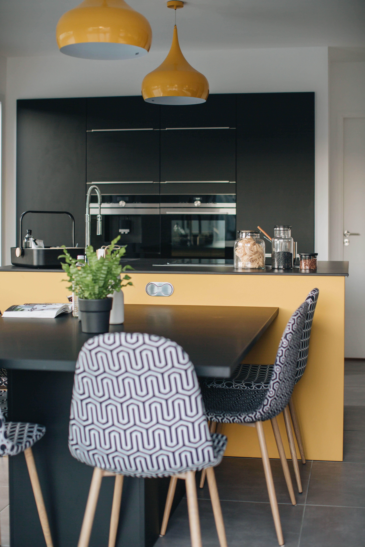 Une cuisine design colorée et graphique ouverte sur le salon dans
