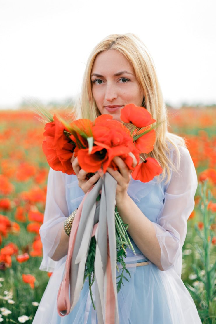 Poppy Wedding Bouquet + Blue Gown For A Pre-Wedding In A Poppy Field | fabmood.com