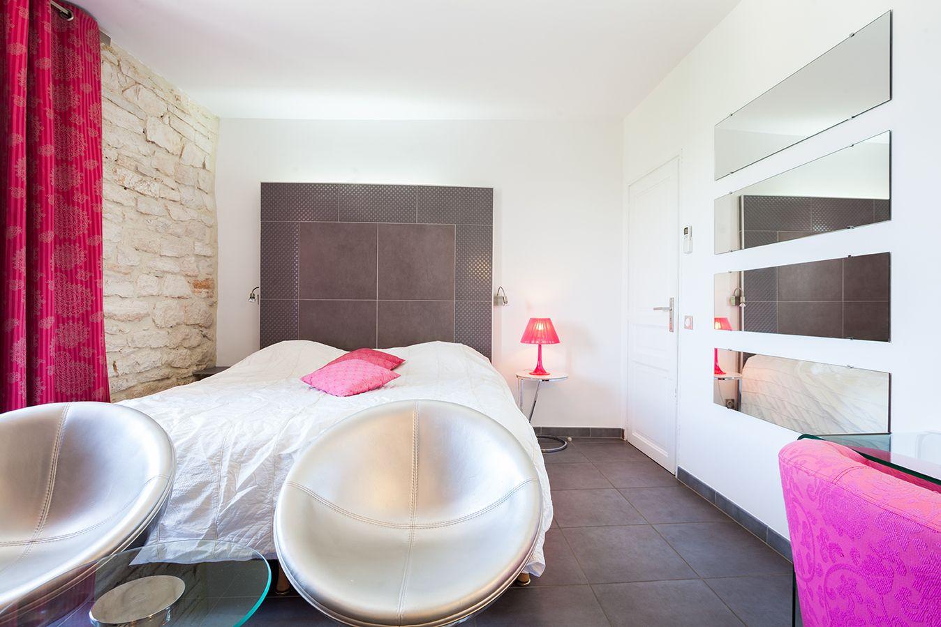 Un séjour paisible dans la chambre Charme de l' #hotel Le Mas. #contemporain #moderne #colour #rose #pink #blanc #white
