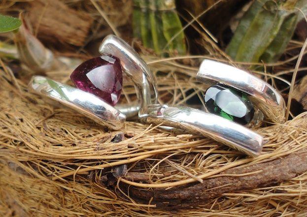 Anéis de prata com turmalinas verde e rosa