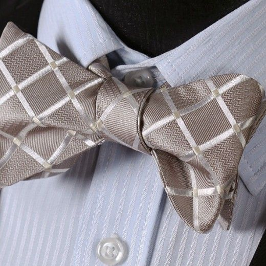 Elegantný hodvábny set - motýlik a vreckovka so vzorom v béžovej farbe