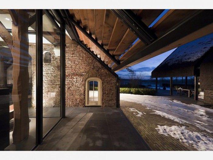 Klassieke boerderij gevel met moderne glaswand. ideeën voor het