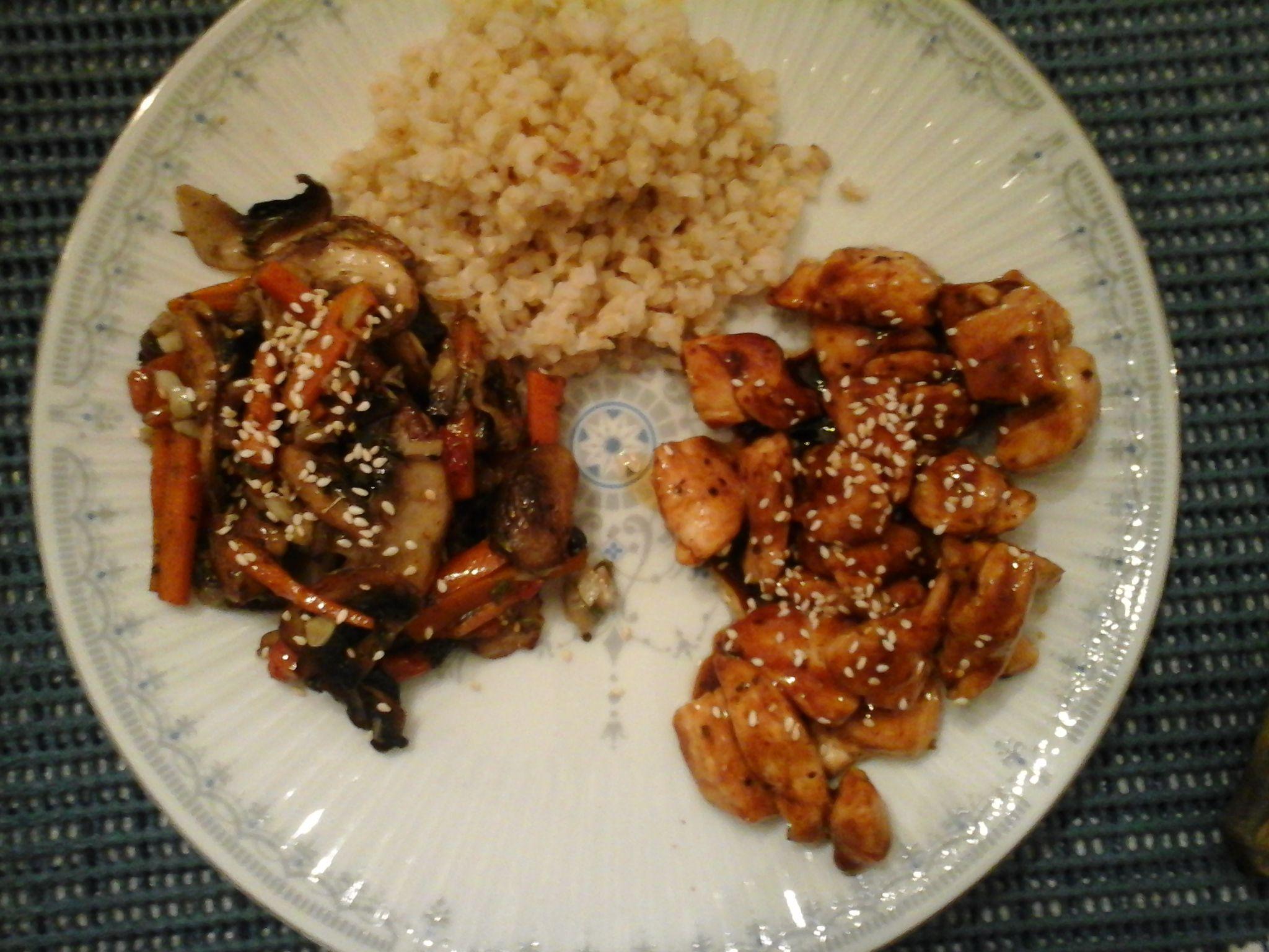 Pollo con salsa Teriyaki , arroz integral y vegetales salteados