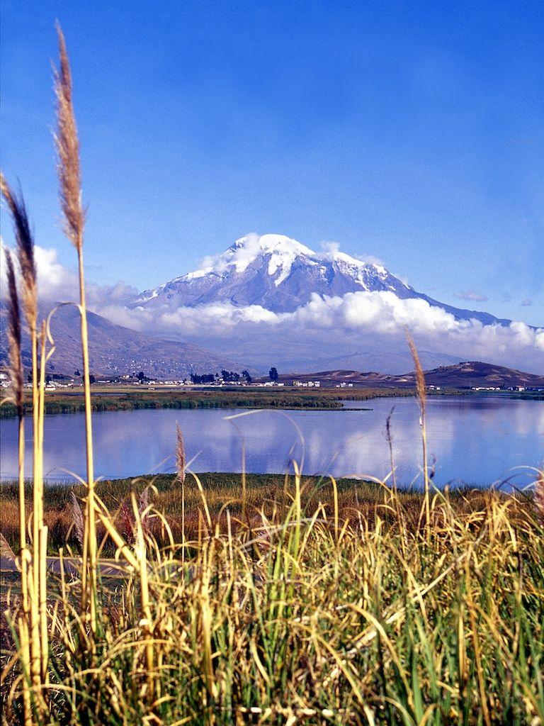 Esta Es La Laguna De Colta A Los Pies Del Imponente Chimborazo El Pico Mas Alto Del Ecuador Chimborazo Ecuador Paisajes Ecuador Hermosos Paisajes