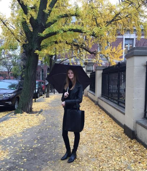 Le mannequin Willow Hand off-duty sous la pluie à New York, tenue all black
